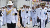 Le roi de Thaïlande et son escorte