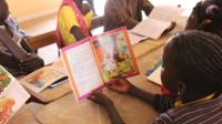 Des enfants lisent dans la région de Fatick, Sénégal