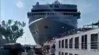 Un immense paquebot frappe un quai à Venise