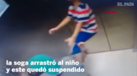 Très rapidement, l'enfant est soulevé du sol et pendu au plafond de la cabine.