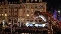 Lors de la parade, 25 œuvres monumentales inédites animées par des musiciens et DJs traverseront la capitale, de la place de la Concorde à la Bastille.