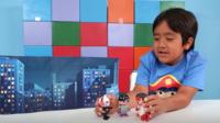 Ryan teste des jouets sur sa chaîne de 21 millions d'abonnés.