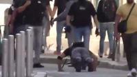 Un fonctionnaire de police a même pris le temps de faire quelques pompes à quelques mètres seulement des gilets jaunes en colère.