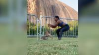 Sur une vidéo publiée sur les réseaux sociaux, Chloé Dorsey arrive en bonne samaritaine vers ce daim effrayé.