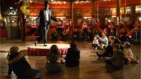 Les familles apprécient les activités et spectacles du musée des arts forains