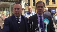 Nigel Farage (à droite) a été visé par un lancer de milk-shake alors qu'il était en déplacement à Newcastle, en Angleterre, dans le cadre de sa campagne pour les élections européennes.