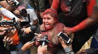 Recouverte de peinture rouge, la maire a vu les manifestants lui couper les cheveux de force, et a été forcée à marcher pieds nus sur près de cinq kilomètres.