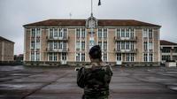 Faute de moyens financiers alloués à leur rénovation et à leur entretien, les bâtiments militaires français se dégradent.