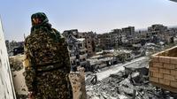 Un combattant des Forces démocratiques syriennes (FDS) soutenues par Washington sur la ligne de front ouest des combats contre les jihadistes du groupe Etat islamique (EI) à Raqa, le 8 octobre 2017 [BULENT KILIC / AFP]