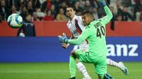 Angel Di Maria bat de près le gardien de Nice Walter Benitez, le premier but de son doublé à l'Allianz Riviera, le 18 octobre  2019 [Valery HACHE / AFP]