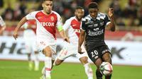 L'attaquant de Monaco Radamel Falcao (g) impuissant face au défenseur camerounais de Guingamp Félix Eboa Eboa, le 22 décembre 2018 au stade Louis-II de Monaco  [VALERY HACHE / AFP]