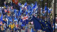 Des manifestants agitent des drapeaux britanniques et européens, le 19 octobre 2019 à Londres [Niklas HALLE'N / AFP]