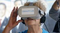 Nidia Silva, qui avait toujours rêvé de nager avec des dauphins, essaie des lunettes de réalité virtuelle, le 26 juillet 2019 à Miami  [RHONA WISE / AFP]