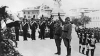 Une photo prise le 1er novembre 1938 montre le dictateur fasciste Benito Mussolini lors d'une cérémonie sur la Tombe du Soldat inconnu à Rome pour célébrer la Journée de la Victoire [FRANCE PRESSE VOIR/AFP/Archives]