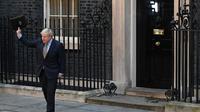 Le Premier ministre britannique Boris Johnson salue la foule devant le 10 Downing Street le 13 décembre au lendemain de sa victoire aux législatives [DANIEL LEAL-OLIVAS / AFP]