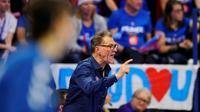 Le sélectionneur de l'équipe de France de handball Olivier Krumbholzdonne des instructions à ses joueuses, le 4 décembre 2018 à Nancy [JEAN-CHRISTOPHE VERHAEGEN / AFP/Archives]