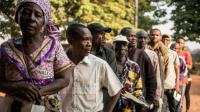 Des centrafricains font la queue devant un bureau de vote à Bangui, le 13 décembre 2015 [MARCO LONGARI / AFP]
