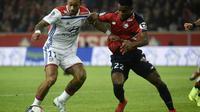 L'attaquant néerlandais de Lyon Memphis Depay (g) à la lutte avec le défenseur ivoirien de Lille Yves Dabila le 1er décembre 2018 à Villeneuve-d'Ascq [FRANCOIS LO PRESTI / AFP]