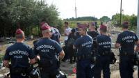 Des policiers hongrois bloquent le passage le 14 septembre 2015 à Horgos  [ELVIS BARUKCIC / AFP]