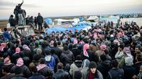 Des réfugiés syriens fuyant Alep attendent à Bab al-Salama, près de la frontière avec le Turquie, le 5 février 2016 [BULENT KILIC / AFP]