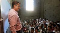 Des enfants yéménites assistent à des cours dans une maison transformée en école à Taëz, dans le sud-ouest du pays en guerre, le 3 octobre 2018 [Ahmad AL-BASHA / AFP]