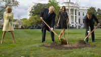 Le président des Etats-Unis Donald Trump et son homologue français Emmanuel Macron plantent un arbre, cadeau de la France, à la Maison Blanche le 23 avril 2018 [JIM WATSON / AFP/Archives]