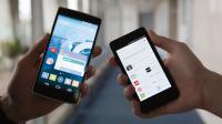 Le smartphone Oneplus One sous système CyanogenMod (à g.) et l'Aquaris 4.5 de BQ sous Ubuntu.