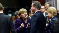 Le Premier ministre britannique David Cameron (à droite) discute avec Angela Merkel avant le sommet européen à Bruxelles le 17 décembre 2015 [ALAIN JOCARD / AFP]