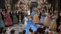"""Richard Madden et Lily James dans """"Cendrillon"""" de Kenneth Branagh."""