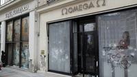 """Les vitrines brisées et taguées de boutiques sur les Champs-Elysées, au lendemain de la manifestation des """"gilets jaunes"""", le 17 mars 2019 à Paris [Geoffroy VAN DER HASSELT / AFP]"""