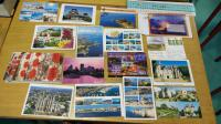 A l'aide de ces cartes postales, cette institutrice réussit beaucoup mieux à capter l'attention de ses élèves
