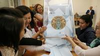 Dépouillement des bulletins de vote, le 9 juin 2019 à Nur-Sultan, au Kazakhstan [Stanislav FILIPPOV / AFP]