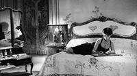 L'actrice française Delphine Seyrig porte une robe Chanel en mousseline de soie, qui sera vendue à partir de 2.500 euros .