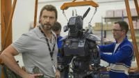 """Hugh Jackman et un robot Scout dans """"Chappie"""", le nouveau film de Neill Blomkamp."""