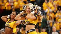 Indianapolis (Indiana), le 11 mai 2013. Une cheerleader des Indiana Pacers en pleine prestation pendant le troisième jeu des demi-finales des NBA playoffs 2013 de la Conférence Est qui opposait les Pacers aux Knicks de New-York.