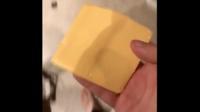 Le Cheese Challenge, consiste à prendre une tranche de fromage (du cheddar, principalement) et la jeter au visage d'un bébé, tout en filmant sa réaction.
