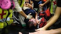 Un homme, soupçonné par des manifestants d'être un espion à la solde de Pékin, a été attaché à un chariot à bagages puis frappé par un petit groupe.