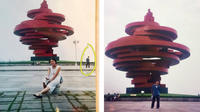En 2000, les deux adolescents avaient chacun été photographiés, au même endroit et au même moment, devant une gigantesque sculpture rouge.