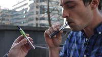 Un utilisateur de cigarette électronique.