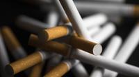 Il est désormais illégal pour un détaillant aux Etats-Unis de vendre des produits du tabac, comme les cigarettes, les cigares et les cigarettes électroniques, à toute personne de moins de 21 ans.