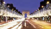 Près de 800 000 LED sont peu à peu installés sur les 400 arbres des Champs-Elysées.