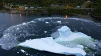 Un iceberg s'effondre près de la côte de King's Point le 5 juillet 2019 à Terre-Neuve, au Canada.