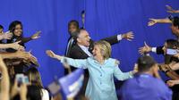 La candidate démocrate Hillary Clinton et son co-listier Tim Kaine, samedi 23 juillet 2016.