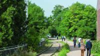 Certains proposent de créer davantage d'espaces verts sur les lignes de chemin de fer désaffectées de la petite ceinture.