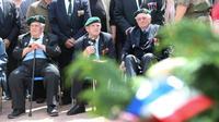 Jean Morel (complètement à droite), lors d'une cérémonie le 5 juin 2014, accompagné de deux anciens frères d'armes, René Rossey et Léon Gautier (de gauche à droite).