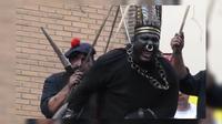 Très agité, le visage peint en noir, grimaçant et affublé de chaînes, le Sauvage de la Ducasse d'Ath est dénoncé comme une représentation raciste et colonialiste.