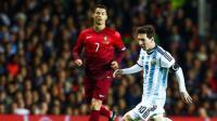 Cristiano Ronaldo et Lionel Messi se disputent chaque année le titre de meilleur joueur de la saison.[