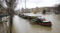 Les berges de la Seine étaient toujours submergées dans la soirée de jeudi.