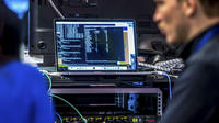 Des techniciens travaillent sur un système de protection informatique, lors du Forum international de la cybersécurité, le 24 janvier 2017, à Lille.