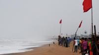 Les Indiens regardent la mer depuis une plage fermée de Puri, dans l'État d'Odisha, dans l'est de l'Inde, le 2 mai 2019, alors que le cyclone Fani s'approche du littoral indien.